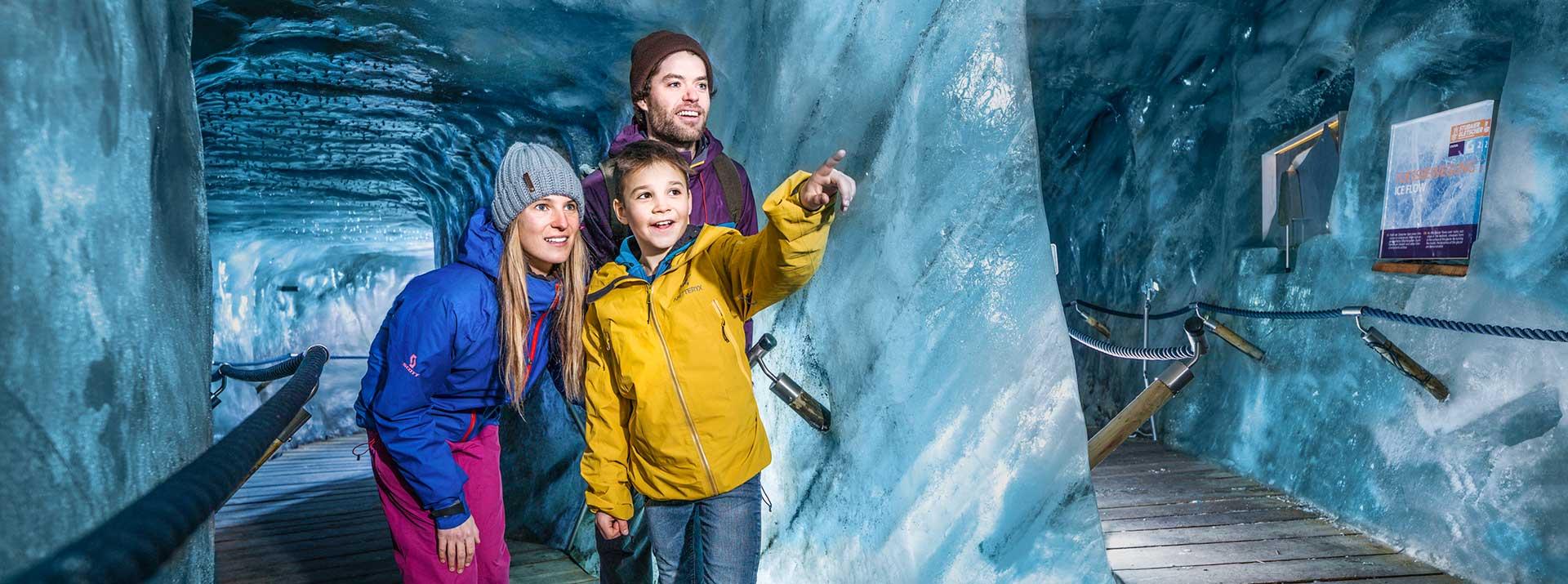 Besondere Einblicke in die Gletscherwelt in der Eishoehle am Stubaier Gletscher